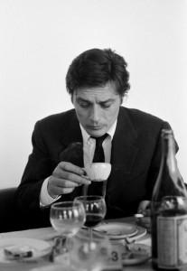 Alain Delon tomando cafe