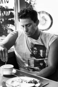Channing Tatum tomando cafe