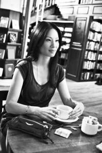 Lucy Liu tomando cafe