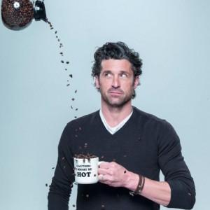 Patrick Dempsey tomando cafe