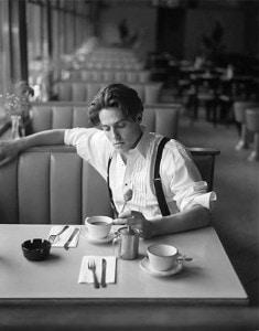hugh grant tomando cafe