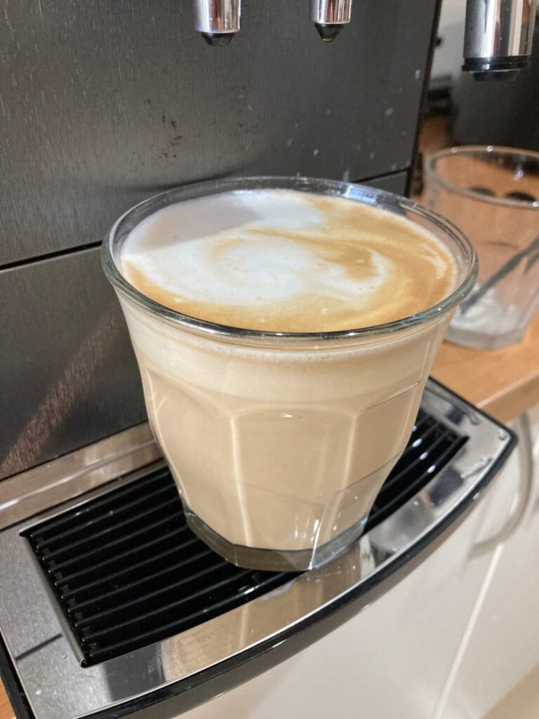 Dos cafés preparados en vasos Duralex Picardie de dos tamaños diferentes